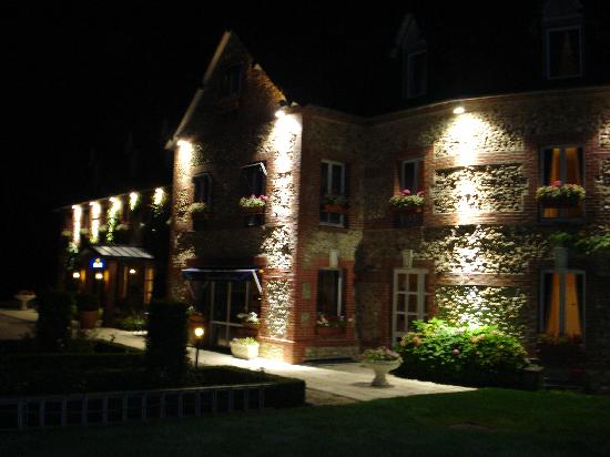 Quetteville, Frankrike: The hotel at night