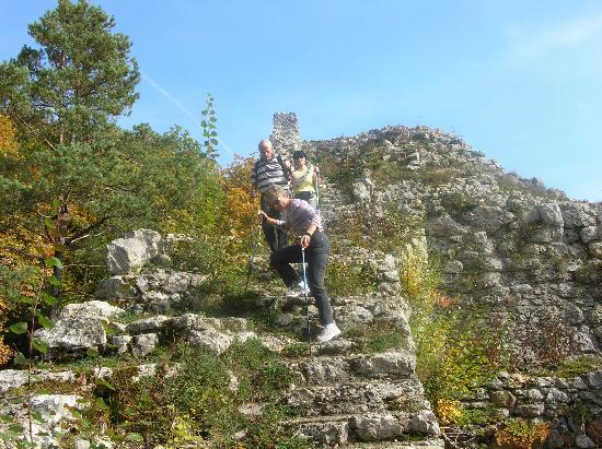 Burg Radegg: Abstieg von der Ruine Radegg