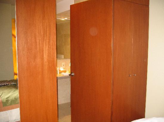 Emporio Reforma: The door to the bathroom
