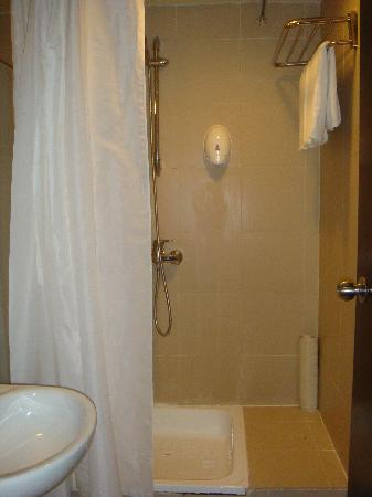 Strand Hotel: The clean shower at Strand