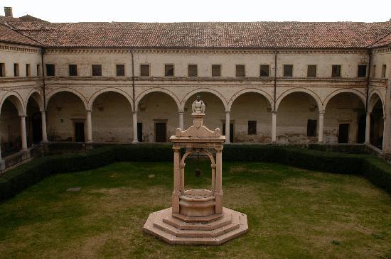 Abbazia di Santa Maria delle Carceri: il chiostro principale