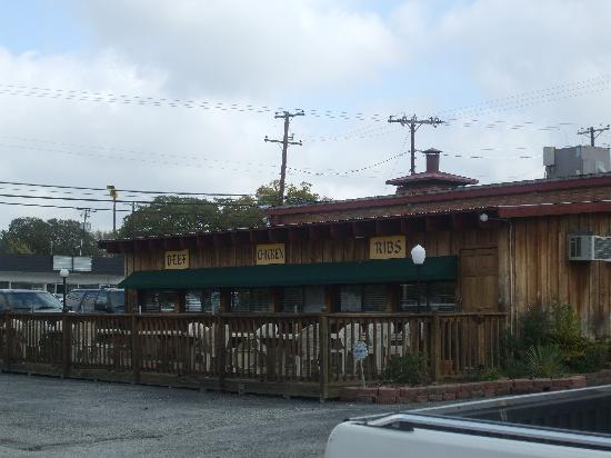 Danny D's BBQ: Side Shot of Outside Dining