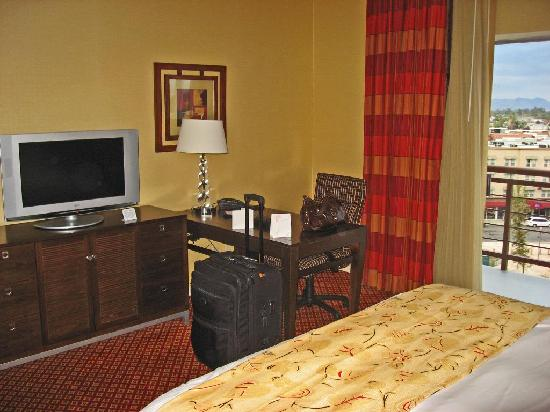 Visalia Marriott at the Convention Center: Bedroom desk and TV