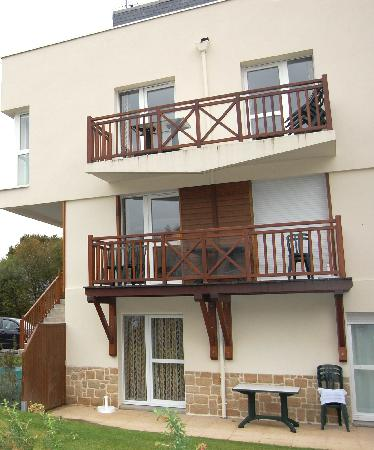 Lagrange Confort+ Residence les Roches Douvres : L'arrière de la résidence