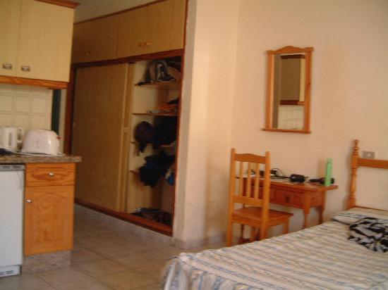 Paradero Hotel: Wardrobe