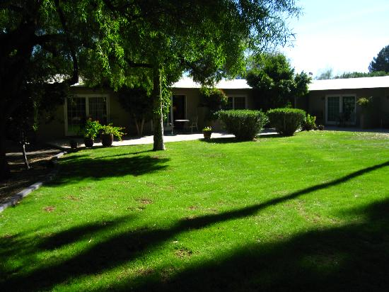 SmokeTree Resort & Bungalows: Courtyard with Private Pstios and Entrances to Guest Rooms