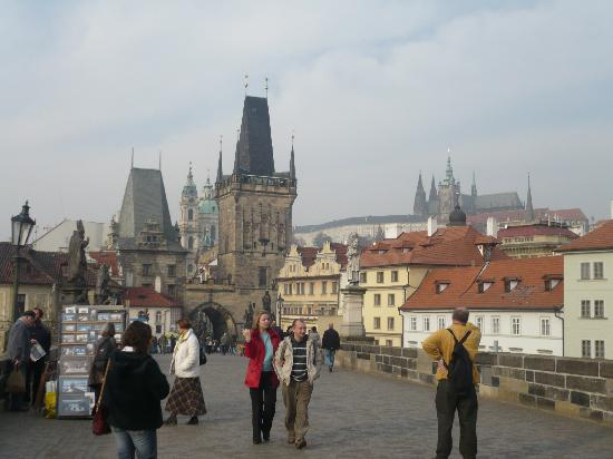 Charles Bridge Bed And Breakfast: Charles Bridge facing the B&B; Palace in the background