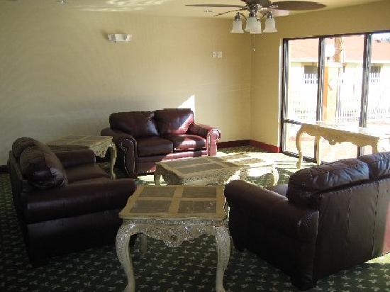 Bay Inn & Suites: lobby area