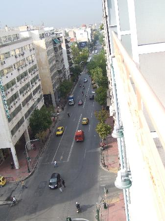 Athens Odeon Hotel: From balcony -view up the road......!