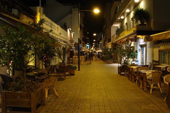 Insotel Fenicia Prestige Suites & Spa: Calla San Vicente - Restaurant Street