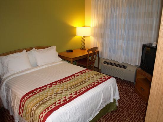 TownePlace Suites Fresno: Bedroom in the 1 bed suite