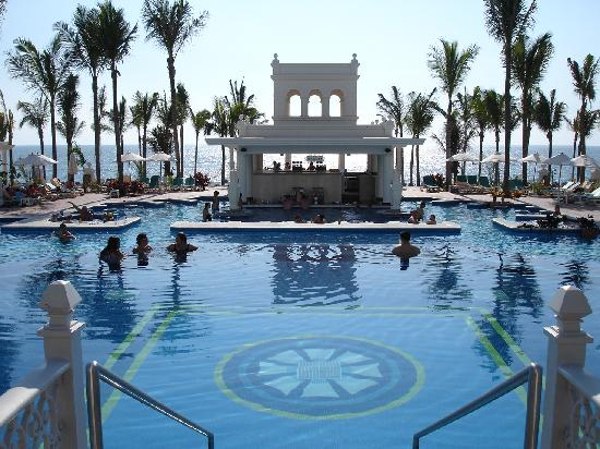 Hotel Riu Palace Pacifico: pool and pool bar