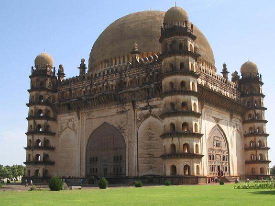 Bijapur, Indien: Gol Gumbaz:this is the second largest dome in world and the largest in asia.....