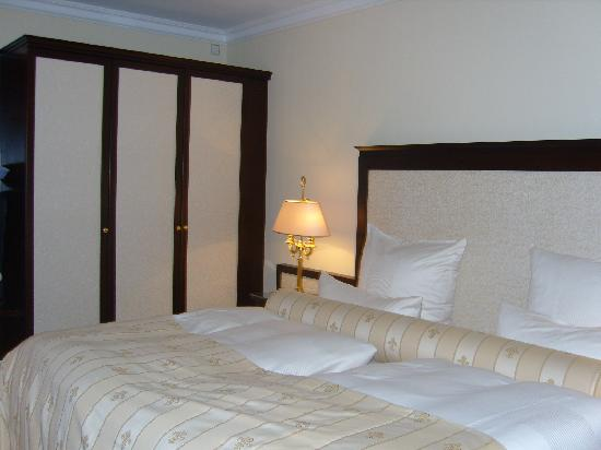 Hotel Suitess zu Dresden: The bed and wardrobe