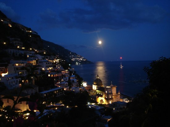 ‪بوسيتانو, إيطاليا: Positano at night‬
