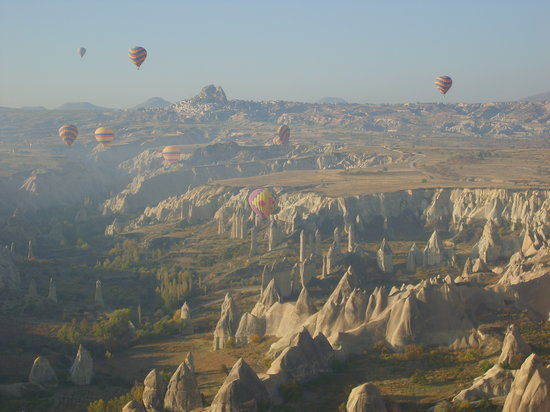 Nevsehir, Turkije: Dawn with ballons of Kapadokya