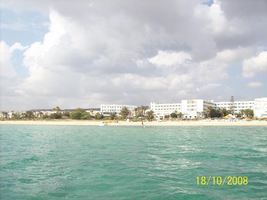 Hotel Club Les Colombes : Hotel vom Wasser aus