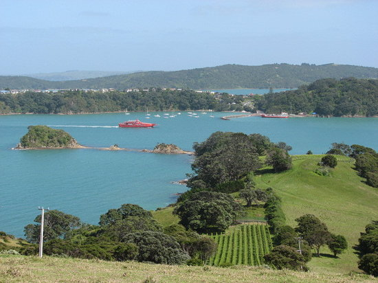 Waiheke Island, Nya Zeeland: Sealink car ferry approaching Kennedy Wharf