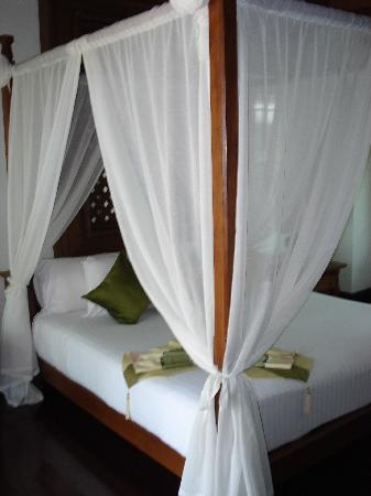 Fair House Villas & Spa: Four poster bed