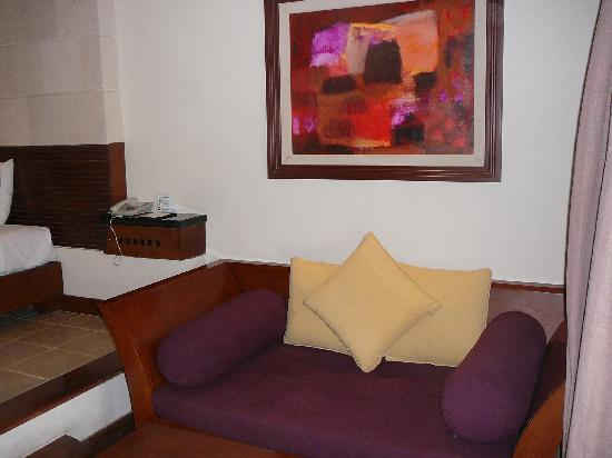 Hotel Santika Premiere Beach Resort Bali: Lower level sitting area