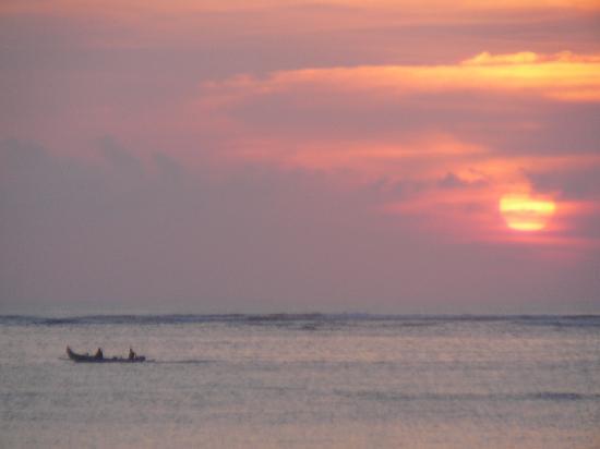 Hotel Santika Premiere Beach Resort Bali: Sunset behind hotel