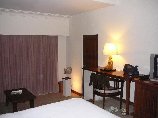 Hotel Santika Premiere Beach Resort Bali: room view from lower level