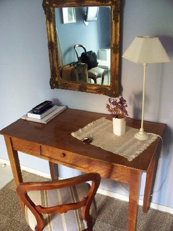 Carmen de la Alcubilla del Caracol: Little desk; I wish there were WiFi