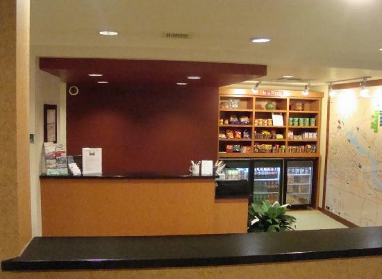TownePlace Suites Minneapolis Downtown/North Loop: Front Desk