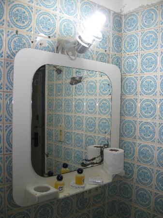 Las Quince Letras Hotel: Espejo en mal estado, papel higienico y demas elementos