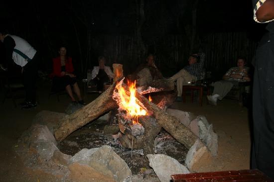 Gooderson Bushlands Game Lodge: Abends gibt es Lagerfeuerromantik vor der Bar