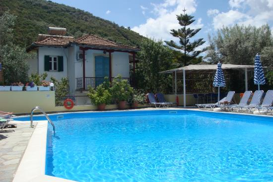 Ilios Club Hotel & Villas : Quiet pool area in June