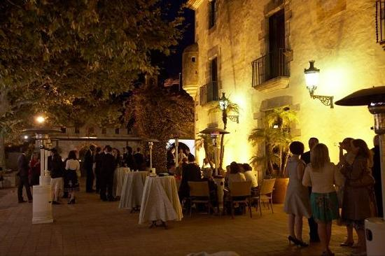 Castell de l'Oliver Hotel: The terrace at night