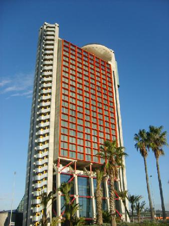 NH Collection Barcelona Tower : Hotel from the roundabout