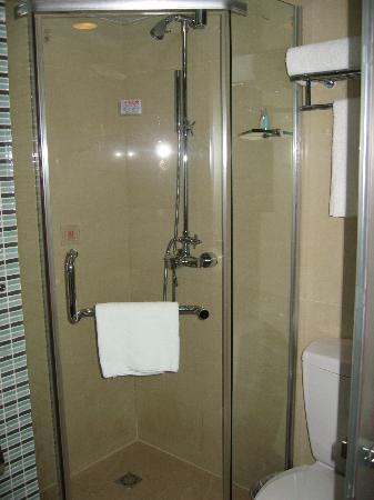 Wanhe Yalong International Hotel Shanghai : The shower.