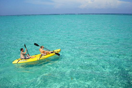 Coco Beach Resort: kayaking out to the reef