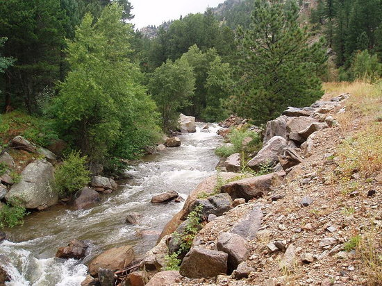 Estes Park, Kolorado: mountain river snaking all the way to boulder