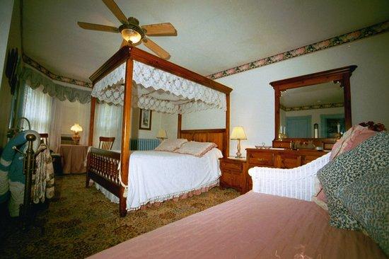 Antoinette's Apartments & Suites: Private Bedrooms/Baths