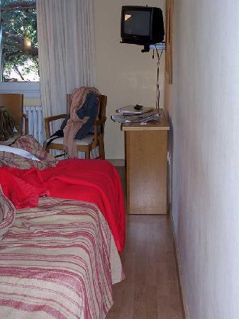 Casamar Hotel : Narrow room