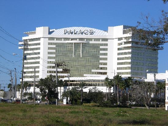Palace Casino Resort: View approaching the Hotel