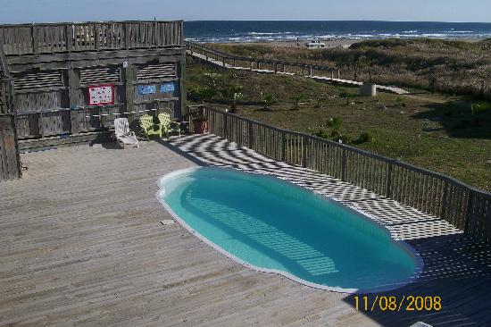 The Beach Lodge: Overlooking pool/ocean from top deck.