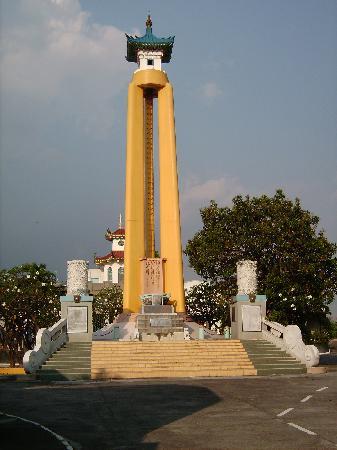 Chinese Cemetery: War memorial