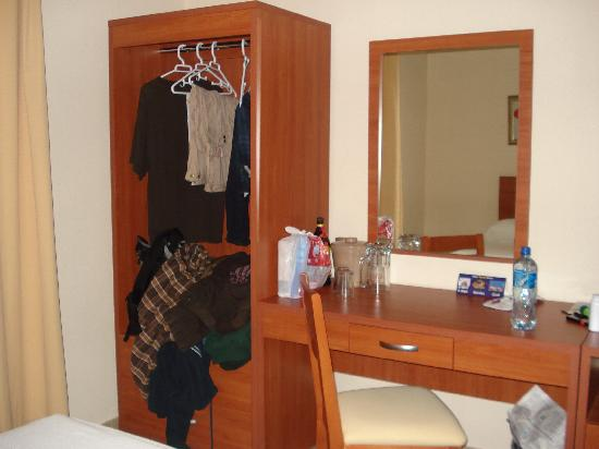 Hotel Magic Express: Mirror and Wardrobe