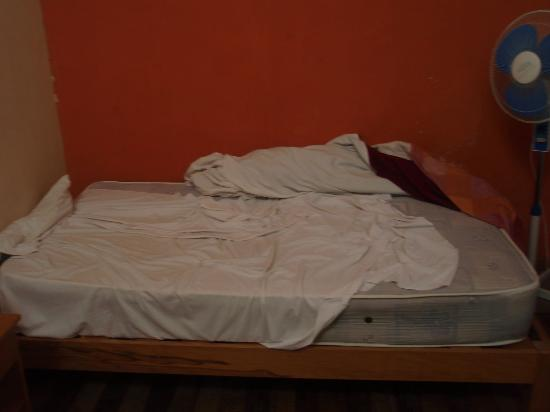 Flying Dog Backpackers Hostel: My bedsheet that wouldnt stay put