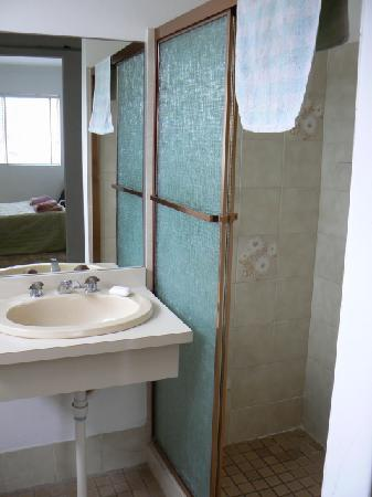 Reef Resort Apartments: ensuite bathroom