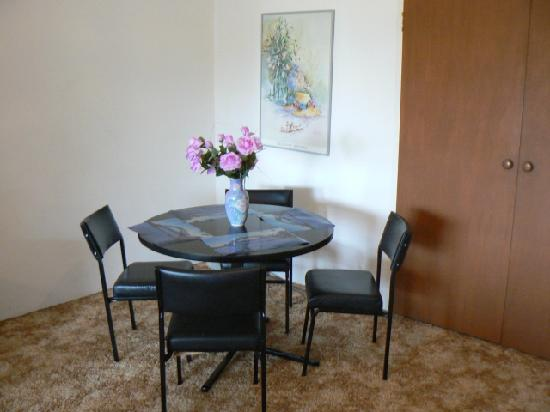 Reef Resort Apartments: the very dated dining area