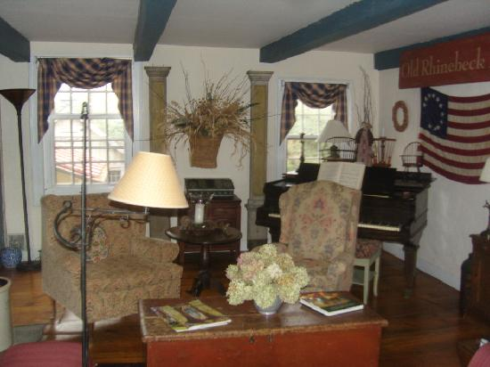 Olde Rhinebeck Inn: The living room