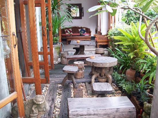 HI-Sukhumvit: Sitting area in the lobby