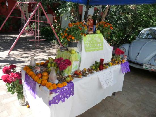 Casa Gigi Guest House: Family Day of the Dead Shrine (rear)