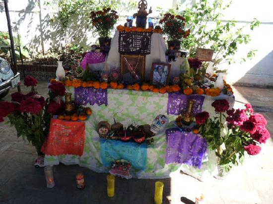 Casa Gigi Guest House: Family day of the dead shrine (front)