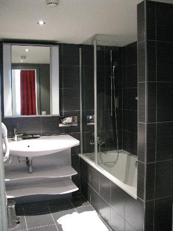 Aparthotel Adagio Basel City: Bathroom